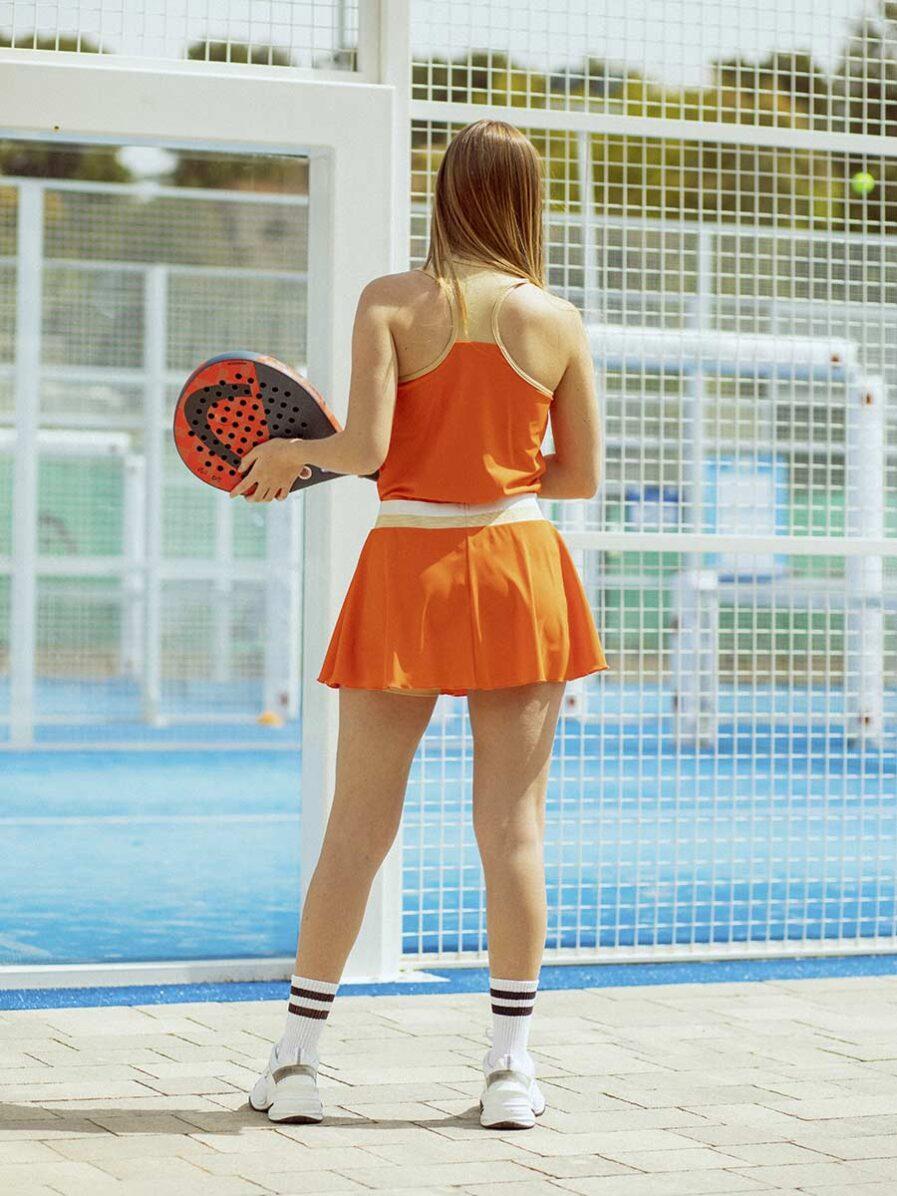 Completo da Padel con gonnellino sportivo e canottiera arancione